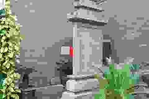 """Bia tưởng niệm Nguyễn Du bị """"lãng quên"""" trong góc quán cà phê ở Hà Nội"""