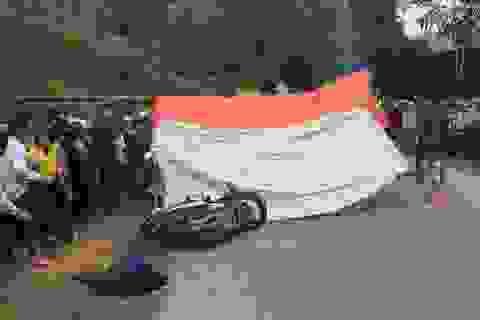 Vượt xe đầu kéo, ô tô 7 chỗ tông chết 2 phụ nữ đi xe máy