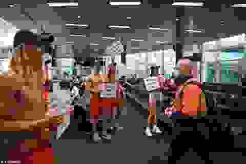 """Cảnh tượng kỳ lạ các """"hotboy"""" cởi trần đón du khách tại sân bay"""