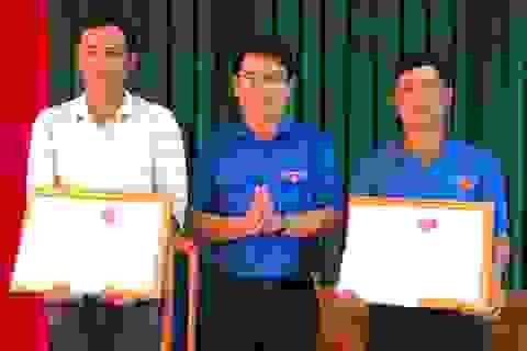 Khen thưởng 2 thanh niên dũng cảm cứu người gặp nạn trong lũ dữ