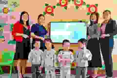 Quảng Bình: Hỗ trợ sửa chữa hệ thống điện, tặng thiết bị cho trường vùng lũ