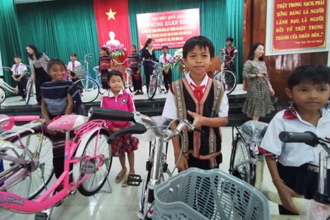 Bộ trưởng GD&ĐT Phùng Xuân Nhạ hỗ trợ học sinh, trường học tỉnh Bình Định