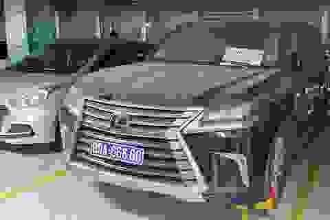 Lexus biển xanh 80A bị khóa bánh ở Tân Sơn Nhất đã được tháo biển số