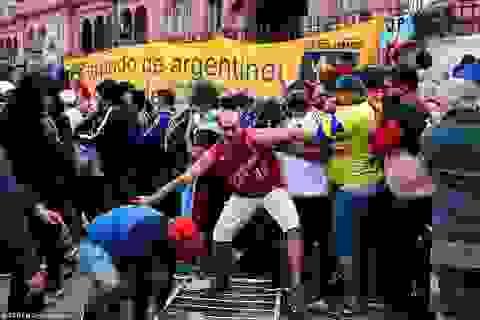 Cảnh hỗn loạn trong lễ viếng Diego Maradona