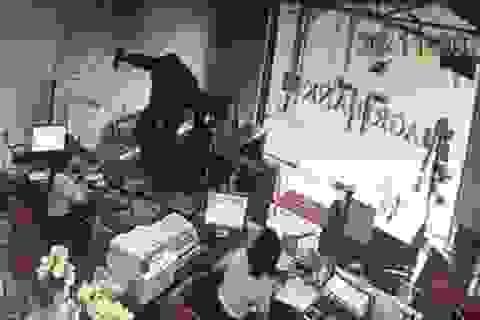 """Một đối tượng cầm hung khí xông vào ngân hàng hô to """"lựu đạn đây…"""""""