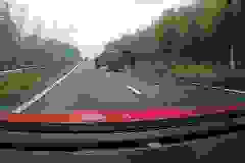 Khoảnh khắc kinh hoàng xe ô tô của sao Arsenal mất lái trên đường cao tốc