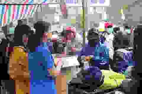Hàng trăm người dân vùng lũ Quảng Trị đi chợ từ thiện 0 đồng