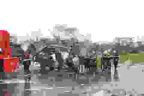 Dừng đèn đỏ, xe đầu kéo tông vào xe tải khiến tài xế tử vong