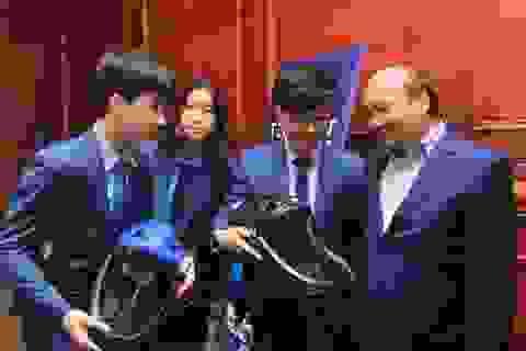 3 học sinh làm mũ chống dịch Covid-19 được Thủ tướng và WHO khen ngợi