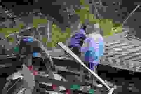 Sạt lở núi khiến một số nhà dân đổ sập, hư hỏng
