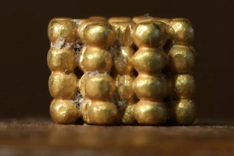 Cậu bé 9 tuổi bất ngờ tìm thấy cổ vật bí ẩn 3.000 năm tuổi