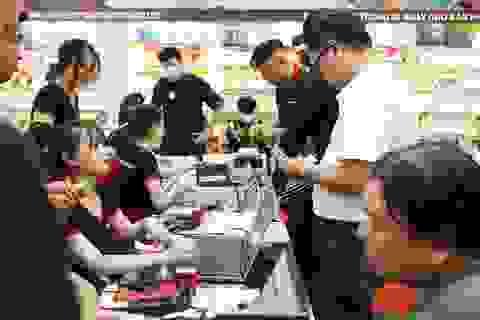 """Dân Việt đua nhau """"đốt tiền"""" mua iPhone 12, cổ phiếu FPT Shop """"cháy hàng"""""""