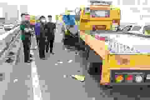 Xe cứu hộ tông xe môi trường trên cầu Nhật Tân, 2 người thương vong