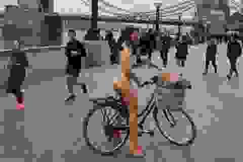 Cô gái khỏa thân đạp xe vòng quanh London để quyên tiền từ thiện
