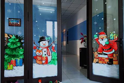 Ông già Noel hân hoan bay trên cửa kính,