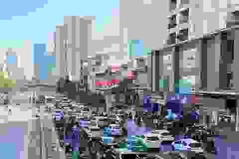 """Cận cảnh cao ốc """"nhấn chìm"""" con đường BT Hà Nội"""