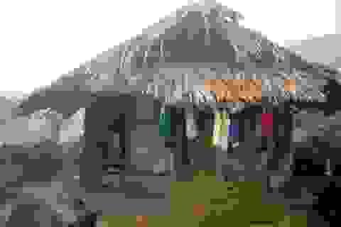 Nhà kiên cố khóa trái cửa, học sinh co ro trong lều tạm
