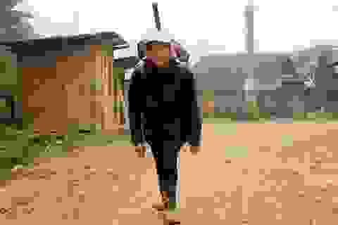 """""""Thế giới"""" trên lưng người phụ nữ dân tộc Mông"""