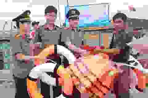 Hàng trăm lá cờ Tổ quốc và phao cứu sinh cùng ngư dân bám biển, bảo vệ chủ quyền