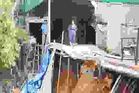 """Sau mưa lũ, hàng chục hộ dân """"chênh vênh"""" trên miệng Hà Bá"""