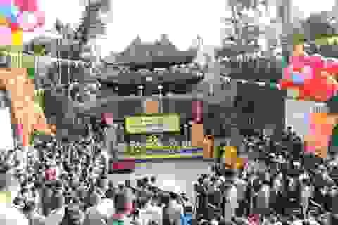 Hàng vạn du khách đổ về trẩy hội chùa Hương