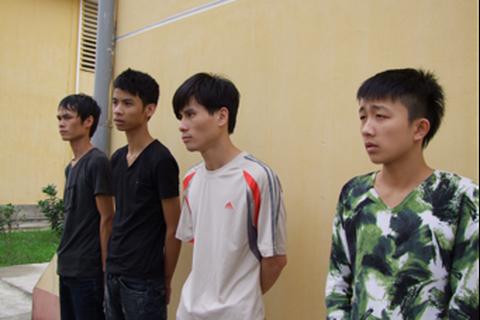 4 thanh niên bán ma túy đá trong nhà nghỉ lấy tiền đi chơi