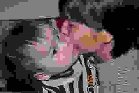 Mẹ hát rong mơ kiếm đủ tiền chữa bệnh cho 2 con sinh đôi