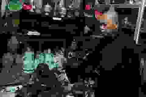 Vị thượng tọa và bộ sưu tập 200 bức tượng Phật quý