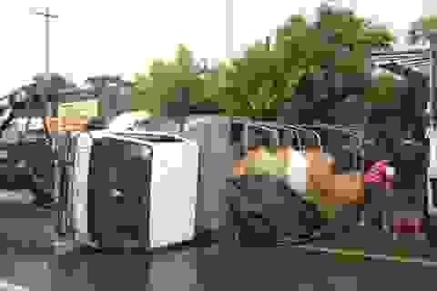 Xe tải lật nhào gây tai nạn liên hoàn