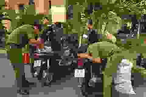 """Bắt giữ 2 xe gắn máy """"nhét""""  gần 1.000 bao thuốc là nhập lậu"""