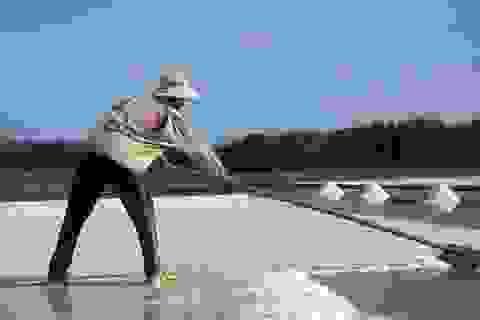 """Diêm dân """"đắng lòng"""" khi bán 1 kg muối chưa mua được viên kẹo"""
