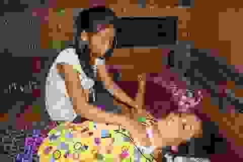 Thương bé 12 tuổi một mình chăm mẹ bệnh viêm tủy cổ nằm liệt giường
