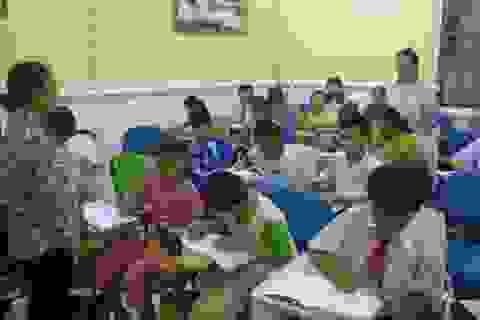 Cô giáo làng mở lớp dạy tiếng Anh miễn phí cho trẻ em, công nhân nghèo