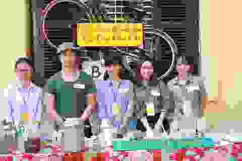 Giới trẻ xếp hàng, dùng tem phiếu mua thực phẩm như thời bao cấp