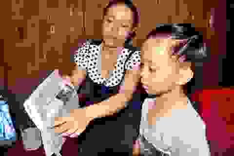 Bé học mẫu giáo nhỡ đã đọc sách báo trôi chảy