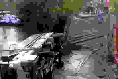 Bất chấp cảnh báo, xe tải cố qua cầu yếu làm sập cầu, rớt sông