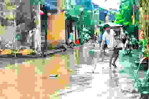Người Hội An dọn dẹp phố cổ sau khi nước lũ rút