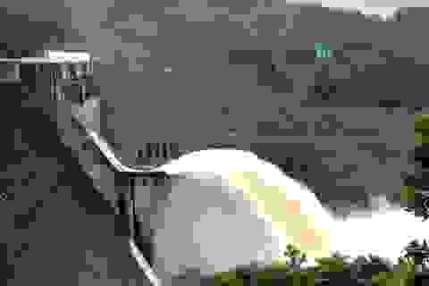 Thủy điện xả nước để đón lũ mới, dân hạ du tưởng xả lũ