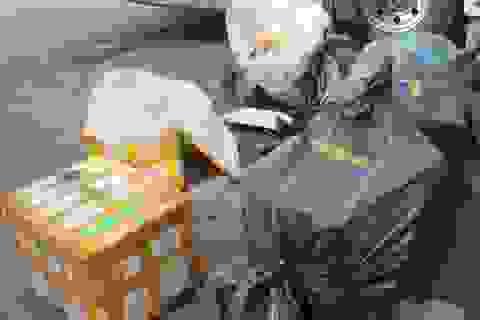 Chở hàng trăm kg thịt chó đã phân hủy, bốc mùi chung với hành khách