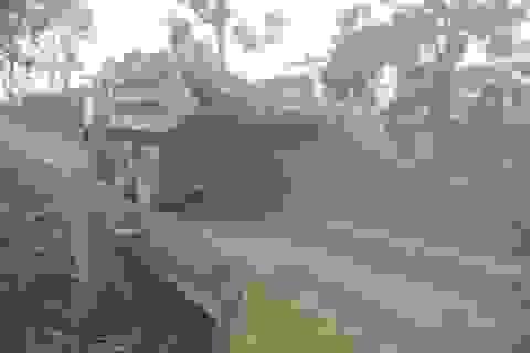 """Quảng Trị: Đường nát, cầu chờ sập vì """"cõng"""" xe quá tải!"""