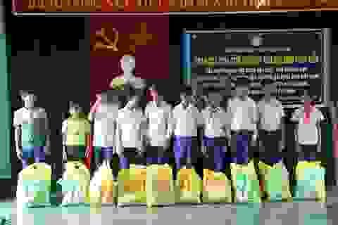 Quảng Trị: Hàng trăm phần quà đến với học sinh nghèo vùng biển trước thềm năm học mới
