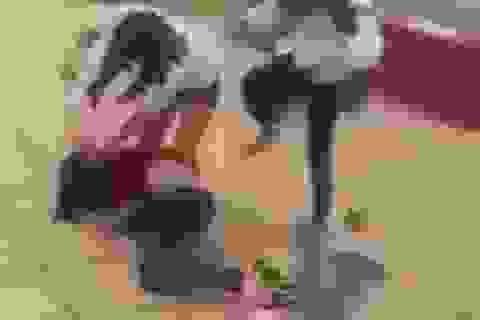 Giật mình cảnh hai nữ sinh giật tóc bạn, kéo lê trên nền bê tông