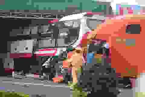 Xe tải tông xe khách, hàng chục người may mắn thoát chết