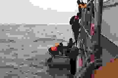 Nỗ lực ứng cứu 13 người trên tàu gặp nạn giữa đêm tối