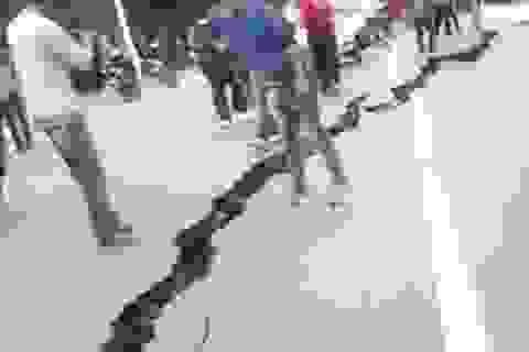 Đường phố Nepal nứt toác sau động đất