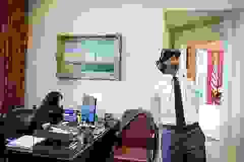 Bức ảnh tổng thống Mỹ Obama dùng thử kính thực tế ảo gây sốt cộng đồng mạng