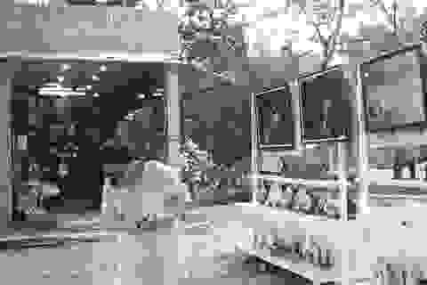 """Bán tranh """"mát mẻ"""" ở tháp bà Ponagar Nha Trang?"""