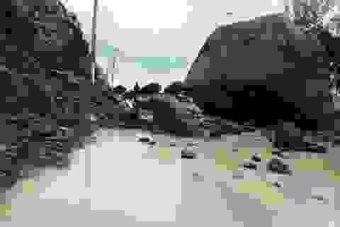"""Phá đá chục tấn, """"giải phóng"""" đại lộ đi sân bay Cam Ranh"""