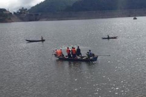 Đi hái đót bán Tết, 2 vợ chồng mất tích trên lòng hồ