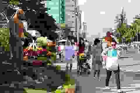 """Du khách quốc tế """"đổ bộ"""" xuống phố khám phá Tết Việt ở Nha Trang"""